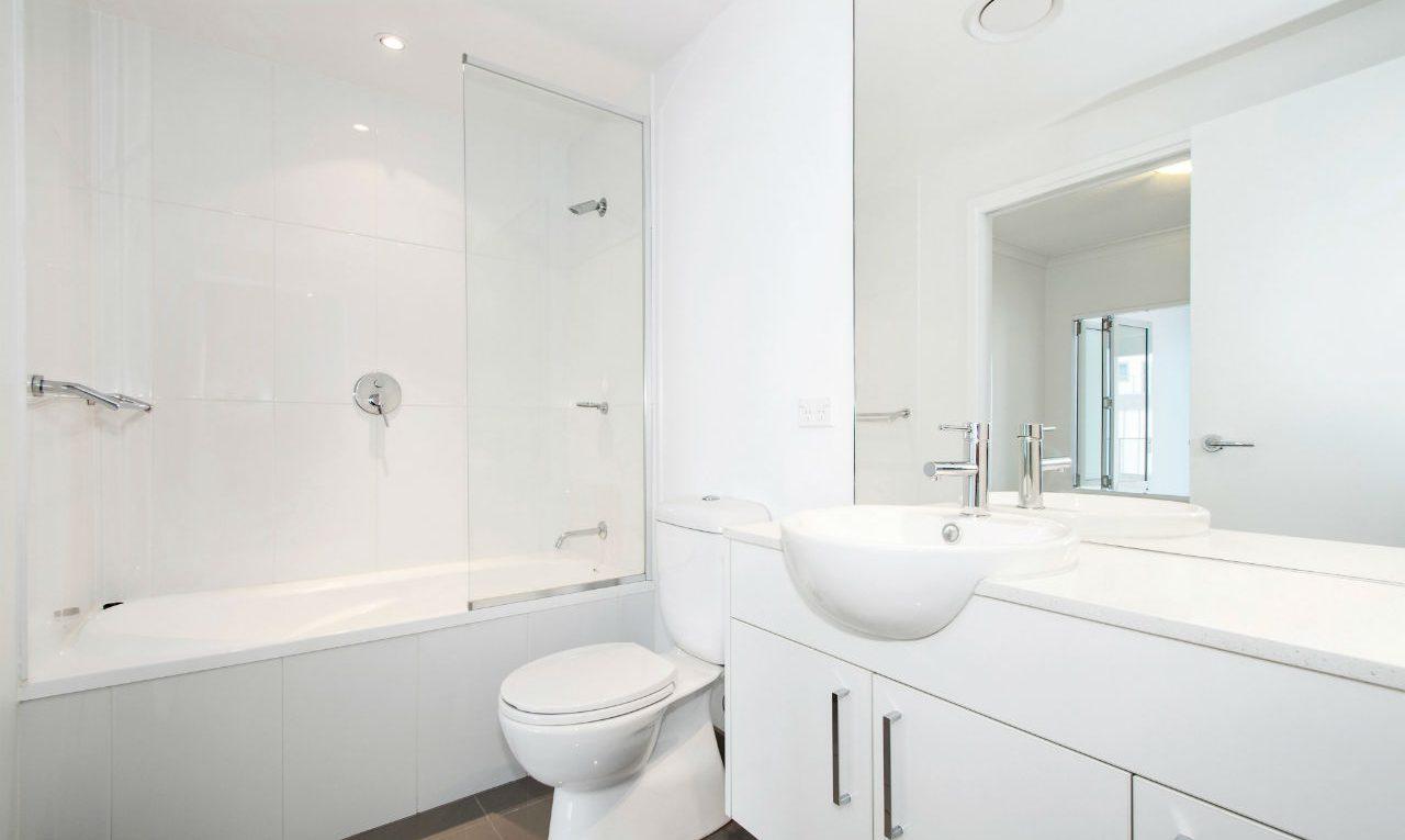 badkamere met toilet en ligbad